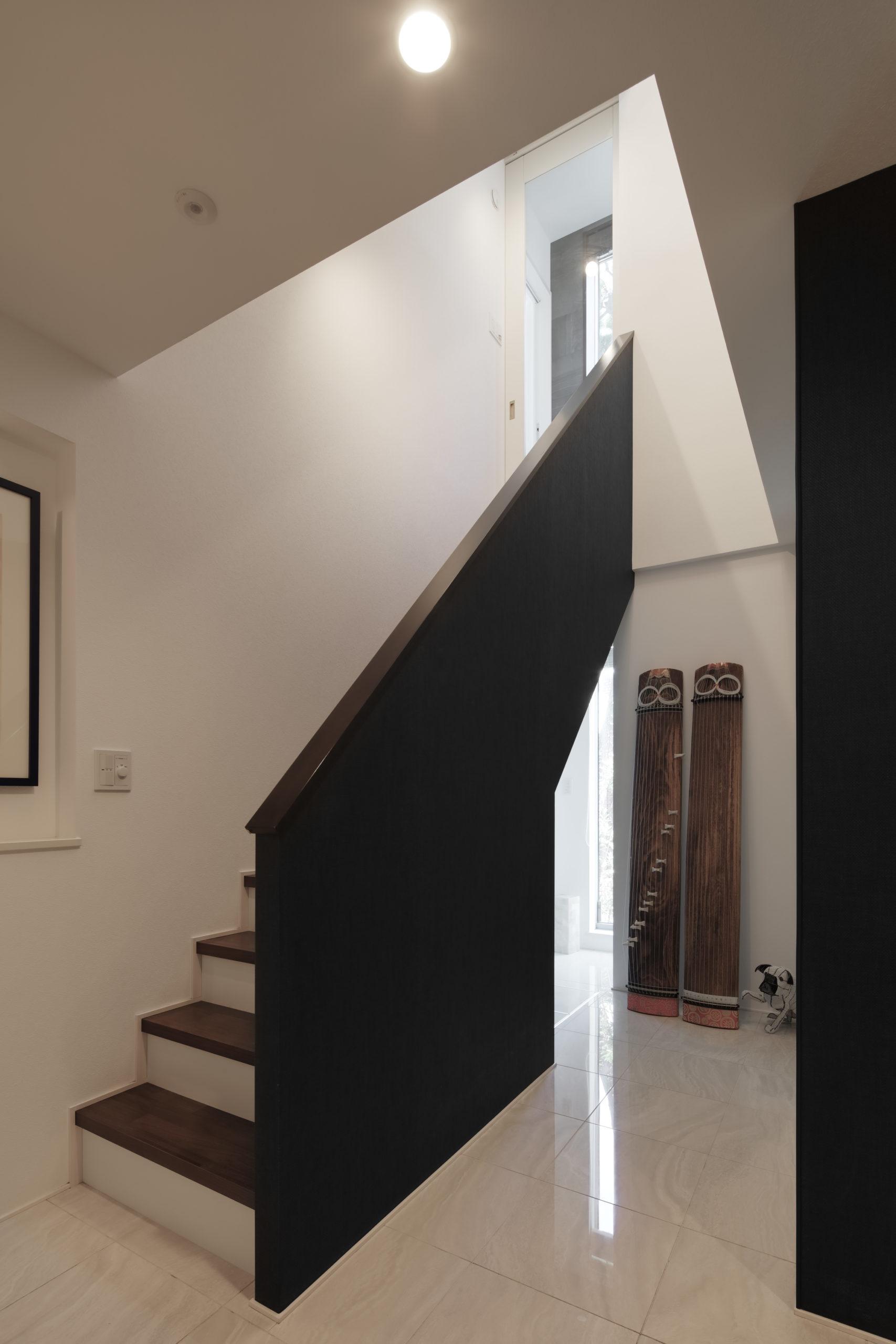 階段腰壁にアクセントクロスを貼り印象的に
